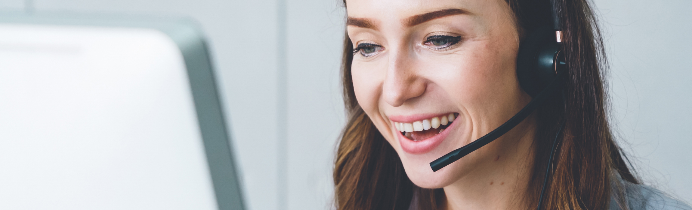 ny-41506446-business-people-wearing-headset-working-in-office